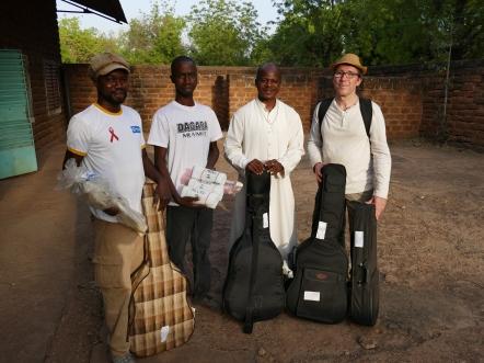 Trois guitares pour l'école de musique